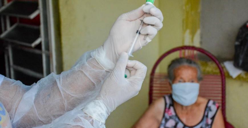 Secretaria de Saúde de Senador Rui Palmeira dá início ao plano de vacinação de idosos acima de 85 anos de idade
